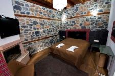 Δίκλινο Δωμάτιο με τζάκι